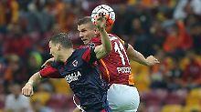 + Fußball, News, Transfergerüchte +: Podolskis Tor verhindert totale Blamage