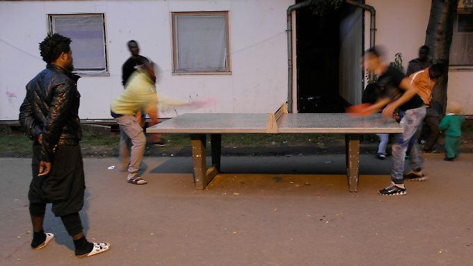 Beliebt: Die Tischtennisplatte im Flüchtlingswohnheim bei Köln.