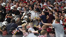 """""""Es waren natürlich keine schönen Szenen"""": Polizisten gehen mit Schlagstöcken gegen Fans des FC Bayern vor."""