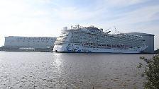 Dabei muss das Schiff die rund 40 Kilometer zwischen der Werft in Papenburg und der Emsmündung im Rückwärtsgang zurücklegen.