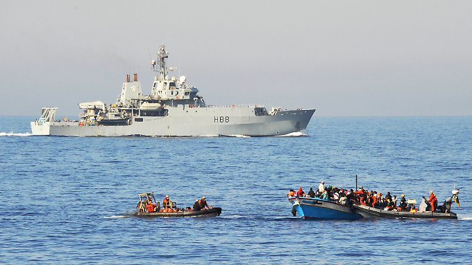Flüchtlinge werden im September im Mittelmeer von Bundeswehrsoldaten auf zwei Speedbooten von ihrem Holzboot abgeholt und anschließend zur Fregatte Schleswig-Holstein gebracht.