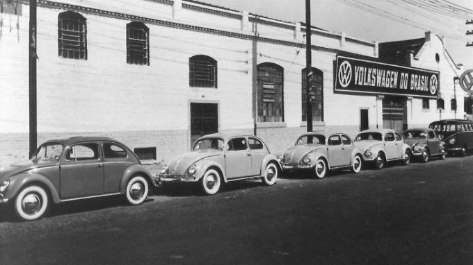 1953 war der Beginn der Volkswagen-Aktivitäten in Brasilien: Die Produktionsstätte Ipiranga mit davor geparkten VW-Käfern.