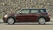 Die Kombi-Version des Mini mit der charakteristischen, doppelflügeligen Hecktür steht zunächst mit dem Dreizylinder-Turbobenziner aus dem Mini Cooper mit 136 PS für mindestens 23.900 Euro beim Händler.
