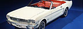 """Im Bond-Film """"Goldfinger"""" von 1964  bekommt es 007  unter anderem mit einem weißen Ford Mustang Cabriolet zu tun."""