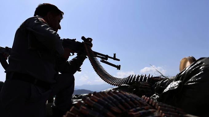 Mit russischen Maschinenpistolen sollen sich die Bürgerwehren vor Angriffen von Taliban oder IS-Kämpfern schützen.
