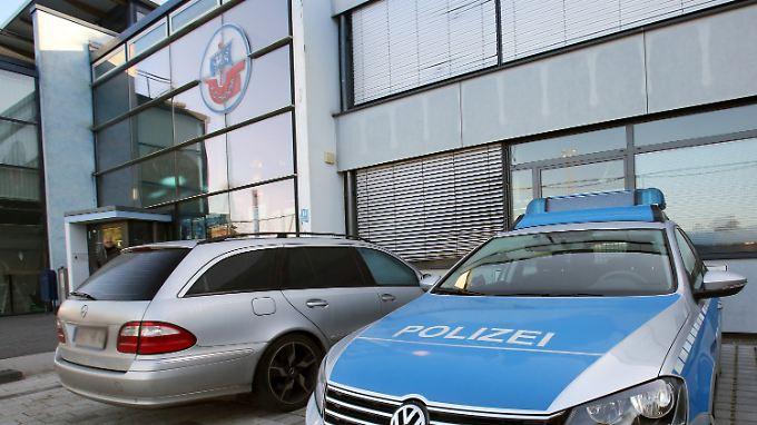 Unschöner Gast auf der Hansa-Geschäftsstelle: Die Polizei sicherte am Morgen die Räumlichkeiten für die Ermittlungen der Staatsanwaltschaft.