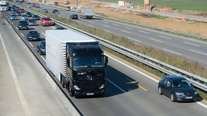 Fahrt im öffentlichen Verkehr: Daimler schickt autonom fahrenden Lkw auf die Autobahn
