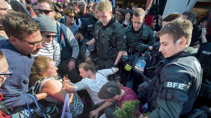 Wegen der Rangeleien zwischen Demonstranten und Polizei verzögerte sich die Übergabe der Bundesratspräsidentschaft.