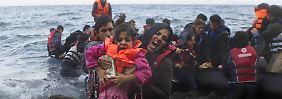 Viele Flüchtlinge kommen mit Hilfe von Schleusern über das Mittelmeer Richtung Griechenland und Türkei.