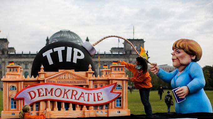 Im Oktober 2015 demonstrierte Foodwatch mit dieser Pappmaché-Merkel gegen TTIP.