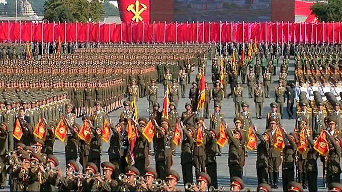 Im Gleichschritt durch Pjöngjang: Nordkorea lässt Muskeln bei Militärparade spielen