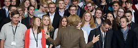 Die Kanzlerin empfing 150 Schüler aus sieben Bundesländern zu der Diskussionsveranstaltung im Kanzleramt.
