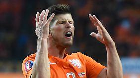 """""""Ich wollte ihm noch ausweichen. Aber ich hab ihm mit dem Fuß getroffen"""", sagt Klaas-Jan Huntelaar."""