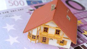 Den Kredit für das Haus zahlt man jahrzehntelang ab. Da sollte man sich möglichst günstige Konditionen sichern.