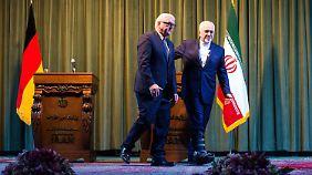 Bundesaußenminister Steinmeier und Irans Außenminister Mohammed Javad Sarif am Samstag nach einer Pressekonferenz in Teheran.