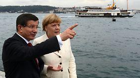Der Ministerpräsident empfing die Kanzlerin direkt am Bosporus.