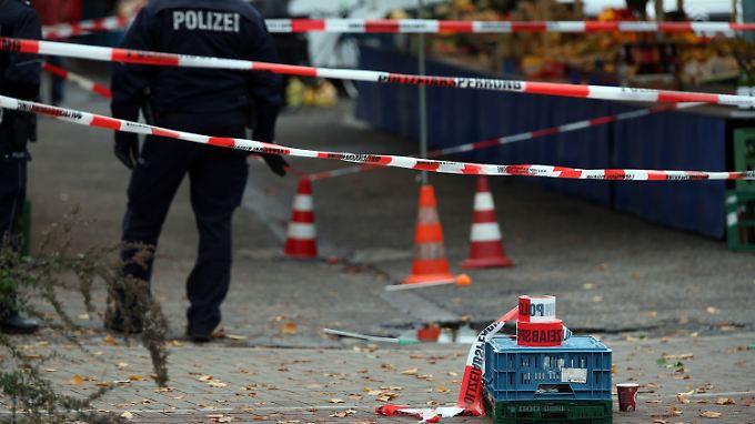 Polizisten in Köln nach der Messerattacke auf Reker.