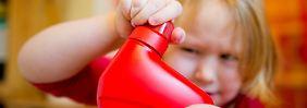 Spielzeug oder Gift?: Kinder treffen verstörende Wahl