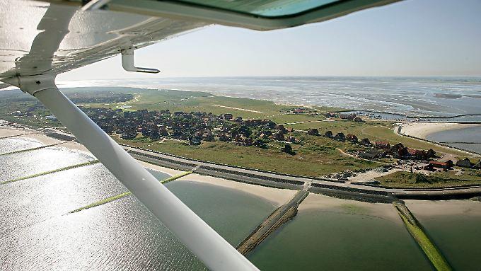 Inselflugzeug der Luftverkehr Friesland (LFH) über der kleinsten ostfriesischen Insel Baltrum (Kreis Aurich) kurz vor der Landung.