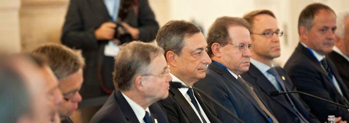 Tief im Süden des gemeinsamen Währungsgebiets: In Valetta, der Hauptstadt Maltas, berät EZB-Chef Draghi mit seinen Kollegen das weitere Vorgehen.