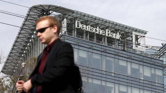 Mann vor russischem Hauptquartier der Deutschen Bank: Hat das Geldhaus Putins Oligarchen geholfen, Geld beiseite zu schaffen?