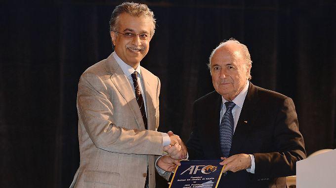 Der scheidende und derzeit gesperrte Fifa-Präsident Joseph Blatter (r.) und sein möglicher Amtsnachfolger Scheich Salman Bin Ibrahim Al Khalifa.