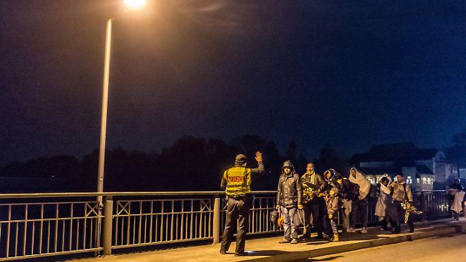 An der deutschen Grenze kamen zuletzt mehr Menschen an, als die Polizei weiterleiten konnte.