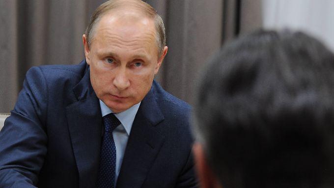 Wladimir Putin im Gespräch mit Sigmar Gabriel (Vordergrund).