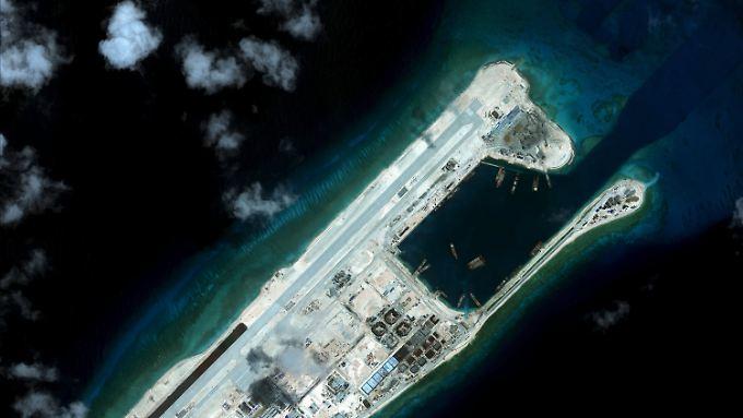 Das Fiery Cross Reef war ursprünglich ein kaum aus dem Wasser ragendes Riss. China hat es aufgeschüttet und zu einem - mutmaßlich militärischen - Flughafen ausgebaut.