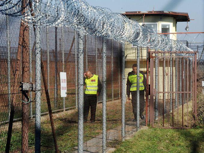 Stacheldraht gesicherte Zäune im Flüchtlingslager in Drahonice