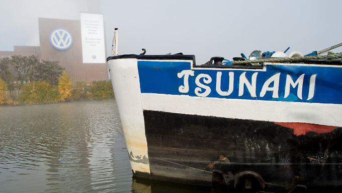 """Symbolträchtig: Ein Schiff mit dem Namen """"Tsunami"""" ankert auf dem Mittellandkanal gegenüber vom Kraftwerk am Wolfsburger VW-Werk."""