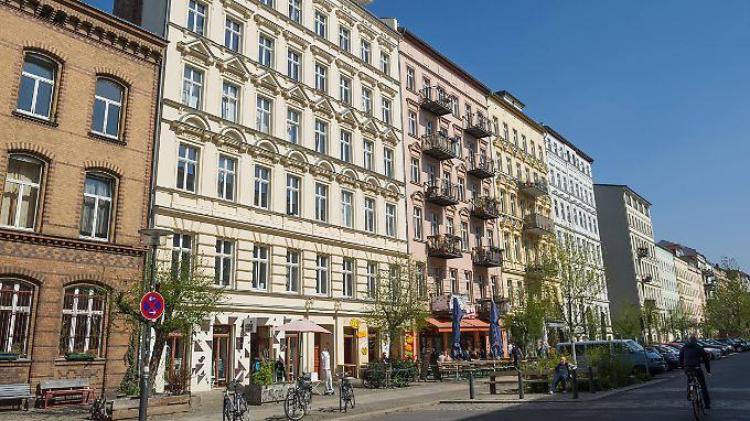 So siehts heute aus: sanierte Altbauten in der Oderberger Straße, am linken Rand die Feuerwache - die älteste noch in Betrieb befindliche Wache einer Berufsfeuerwehr in Deutschland.