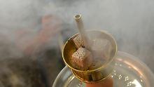 Der Tabak wird in der Wasserpfeife nicht direkt verbrannt, sondern bei niedrigen Temperaturen mit Hilfe der Wasserpfeifenkohle erhitzt. Bei der Verbrennung der Kohle entsteht das unsichtbare und hochgiftige Kohlenmonoxid.
