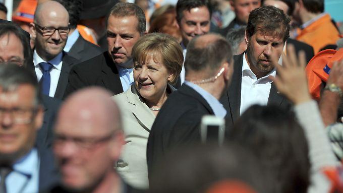 Merkel mit Personenschützern bei einer Veranstaltung auf dem Markt in Düsseldorf