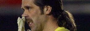 David Seaman verletzt sich, nomen est omen, beim Angeln. Als der Torwart vom FC Arsenal einen 26-Pfünder aus dem Wasser ziehen will, renkt er sich die Schulter aus.