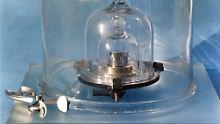Auch drei Glasglocken können das Ur-Kilogramm nicht vor dem Schwinden bewahren.