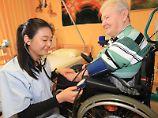 Keine 24 Stunden-Schicht: Wer eine ausländische Pflegekraft einstellen möchte, muss einige rechtliche Regeln beachten.
