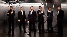 Das geht nur mit Wachsfiguren: Die sechs Bond-Darsteller nebeneinander bei Madame Tussauds in London.