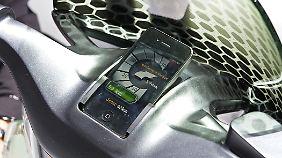 iPhone muss sein: Für die junge Käuferschaft wird die Kombination Smartphone und Roller eine wichtige Rolle spielen.