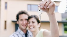Der Schlüssel für die eigenen vier Wände - auch unverheiratete Paare können gemeinsam eine Immobilie kaufen, wenn sie bei der Planung an alle juristischen Fragen denken. Foto: beyond/BreBa