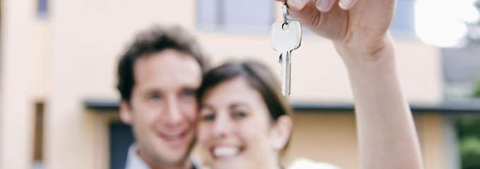 Der Schlüssel für die eigenen vier Wände - auch unverheiratete Paare können gemeinsam eine Immobilie kaufen, wenn sie bei der Planung an alle juristischen Fragen denken.