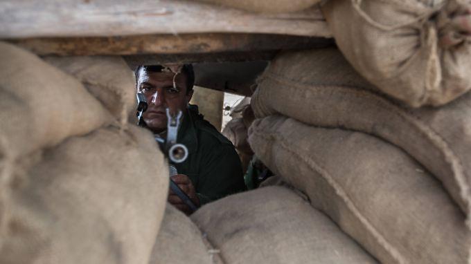 An der Front im Nordirak gehen Peschmerga-Kämpfer in Stellung. Die Milizen des IS sind nur zwei Kilometer entfernt.