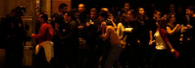 Geiselnahme in einem Konzertsaal: Vor dem Bataclan fliehen Besucher ins Freie.