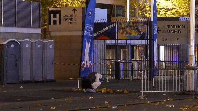 Forensiker bei der Untersuchung des Tatorts vor dem Stade de France.