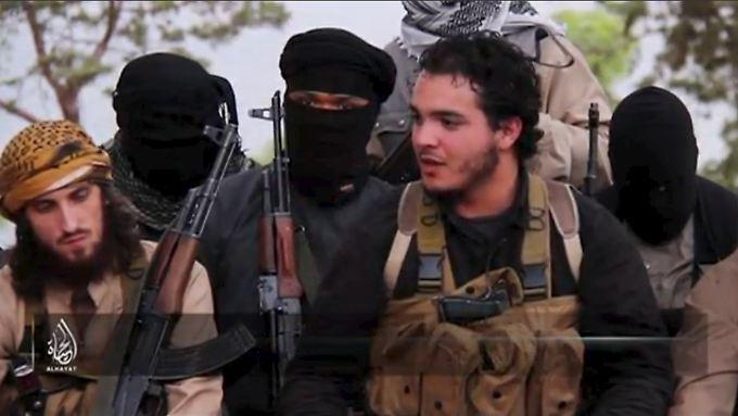 Der IS verbreitete nach den Anschlägen ein Video. Eine der Personen nennt sich darin Abu Salman (2.v.r).