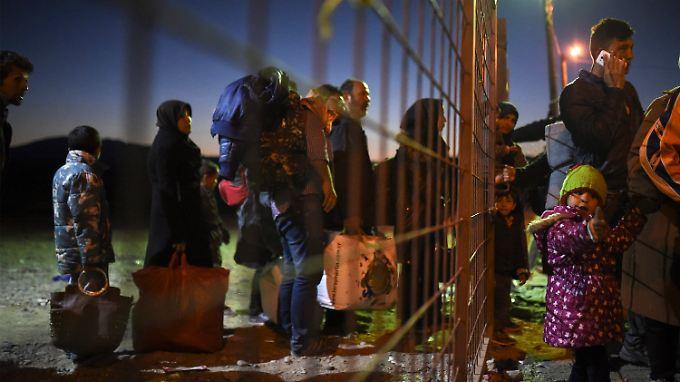 Noch ist es für die Flüchtlinge auf der Balkanroute einfach, den provisorischen Zaun nach Mazedonien zu durchqueren. Das soll sich nun aber ändern.
