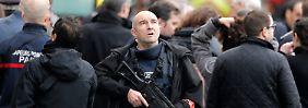 Sicherheitskräfte bevölkern den Vorort Saint Denis nach den Terroranschlägen im November.
