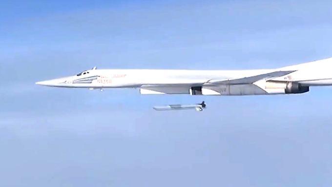 Das russische Verteidigungsministerium veröffentlicht Bilder eines Bombers vom Typ Tu-160, der Ziele in Syrien angreift.