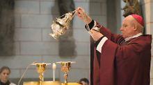 Bischof Konrad Zdarsa schwenkt Weihrauch über den Altar.