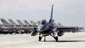 Ein türkischer F-16 Kampfjet.